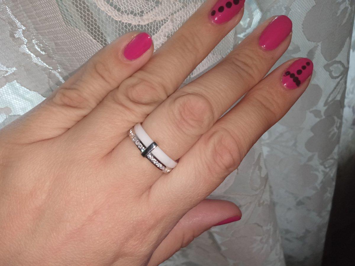 Кольцо из серебра и фианитов с граненой переливающейся гранью керамимой!