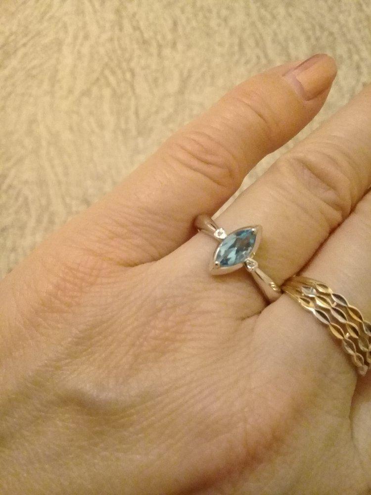 Серебряное кольцо с голкбым топазом и двумя бриллиантиками .
