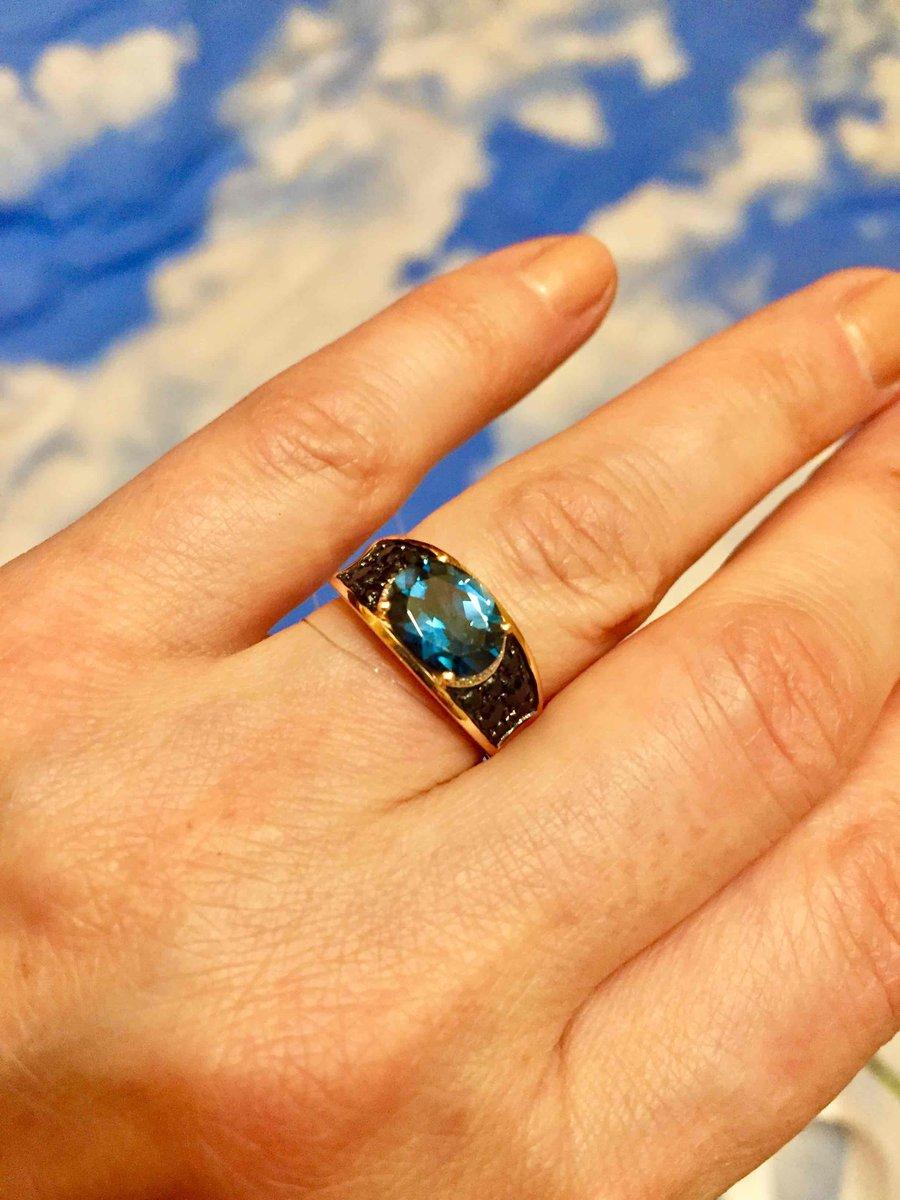 Золотое кольцо с синим топазом и сарфирами.