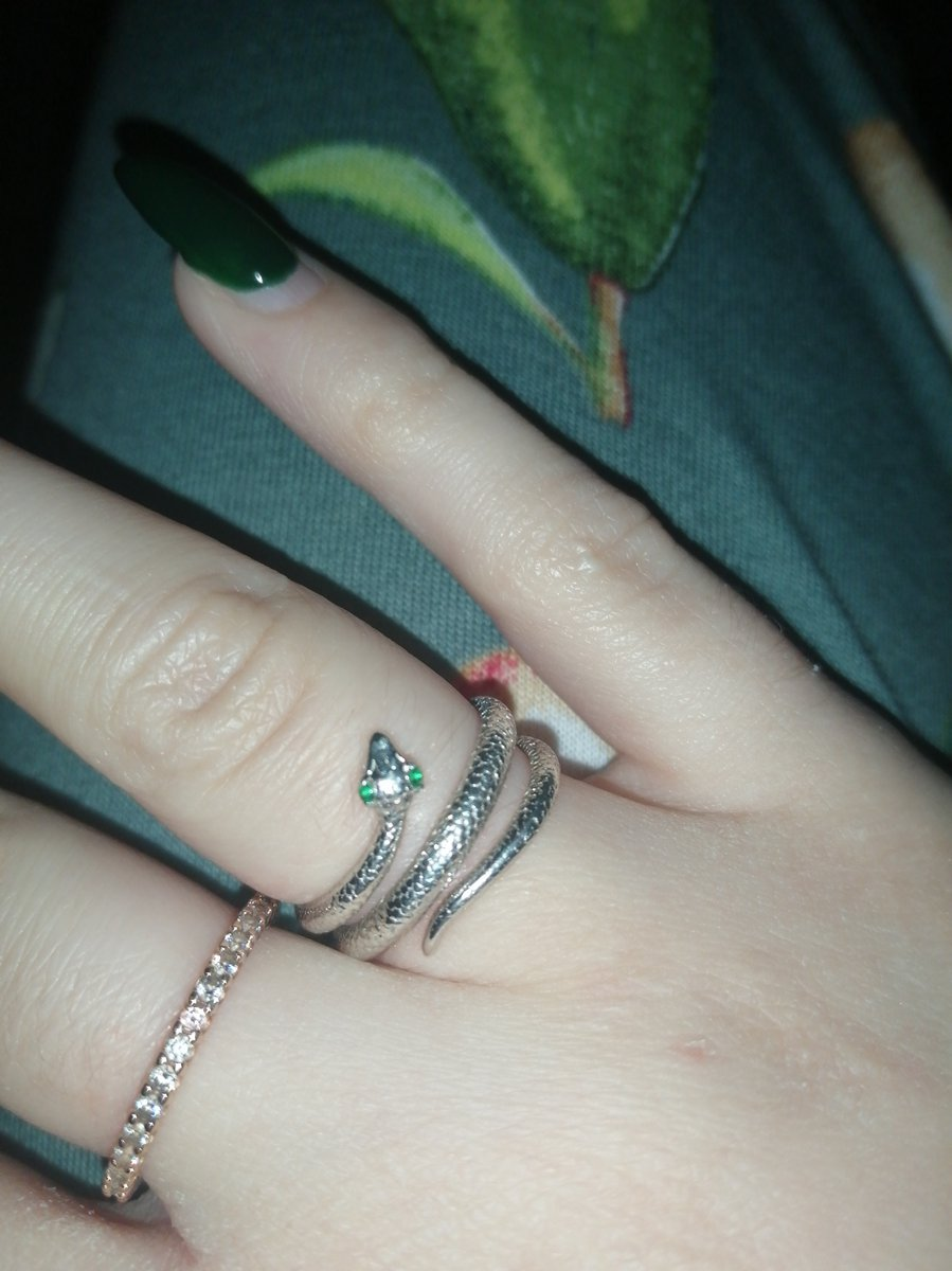 Очень красивое внешне кольцо)