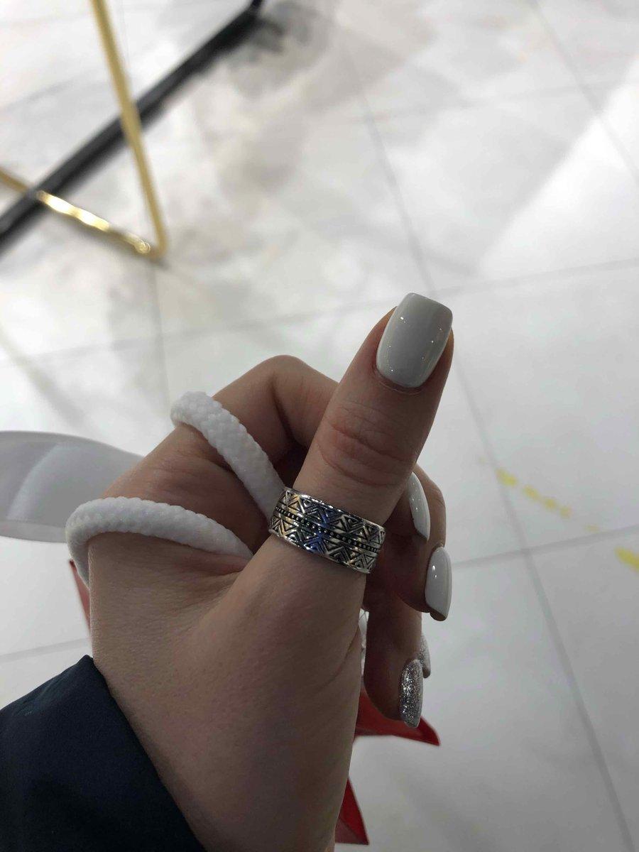 Гдадкое, блестящее, довольно-таки толстое, средней ширины классное кольцо)