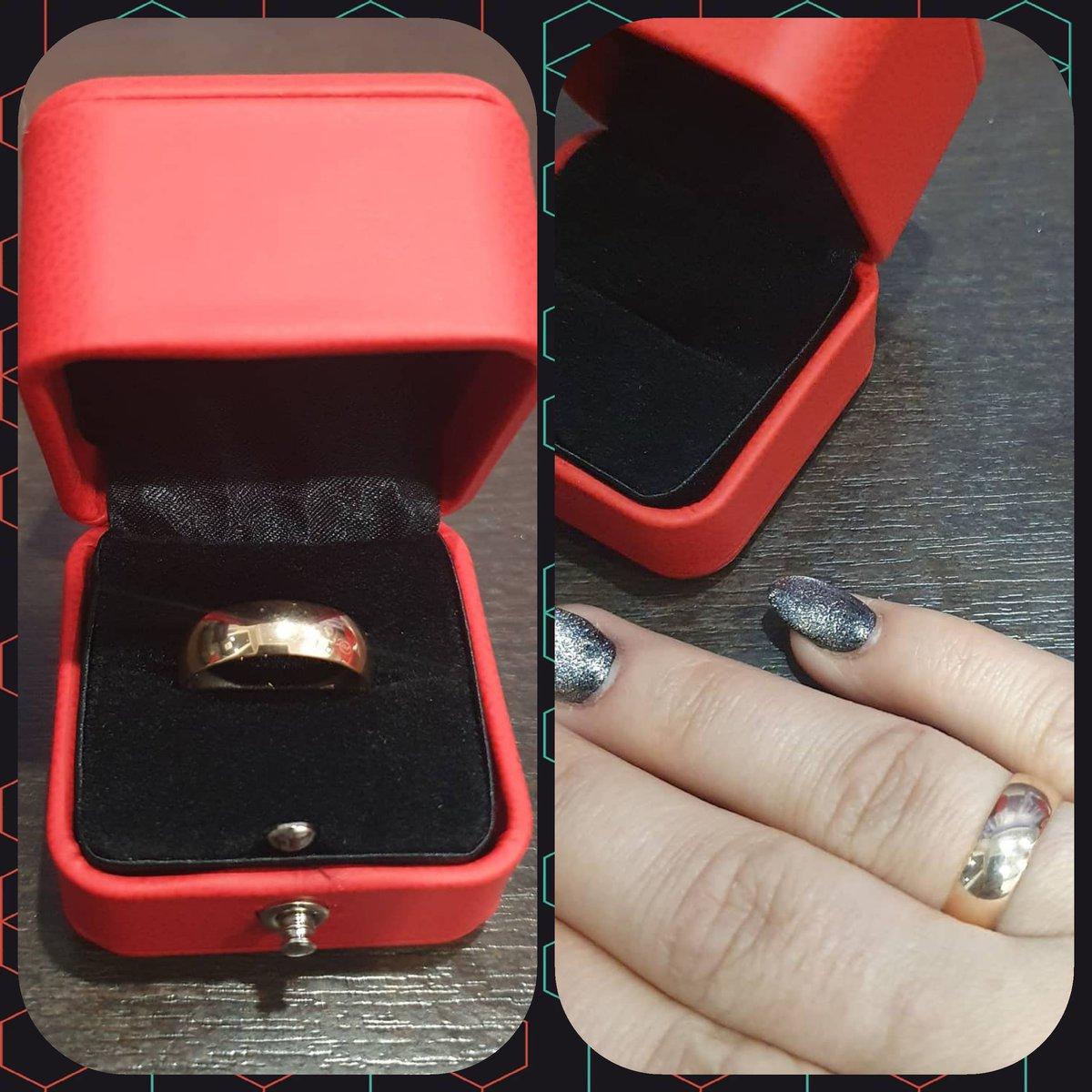 Шикарное обручальное кольцо.