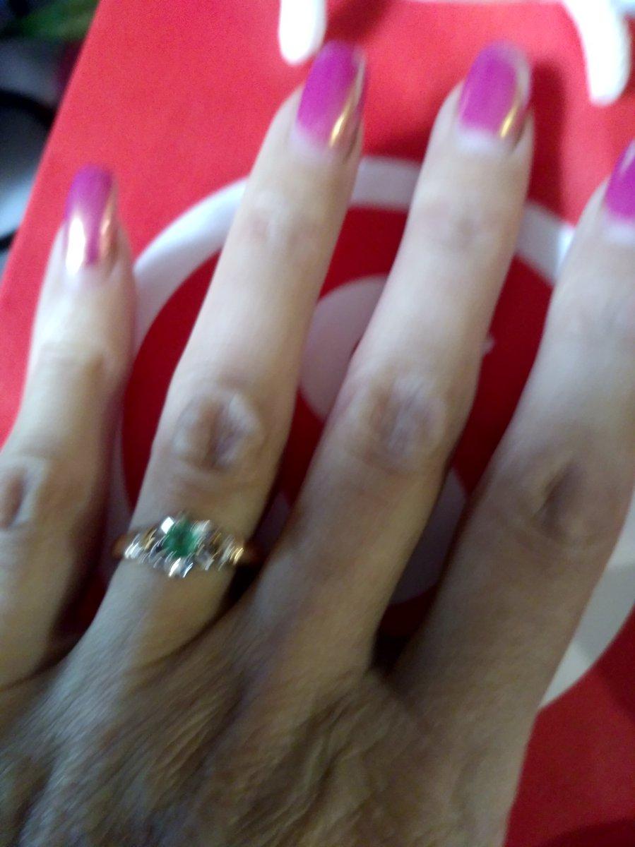 Золотое кольцо с бриллиантом и изумрудом.