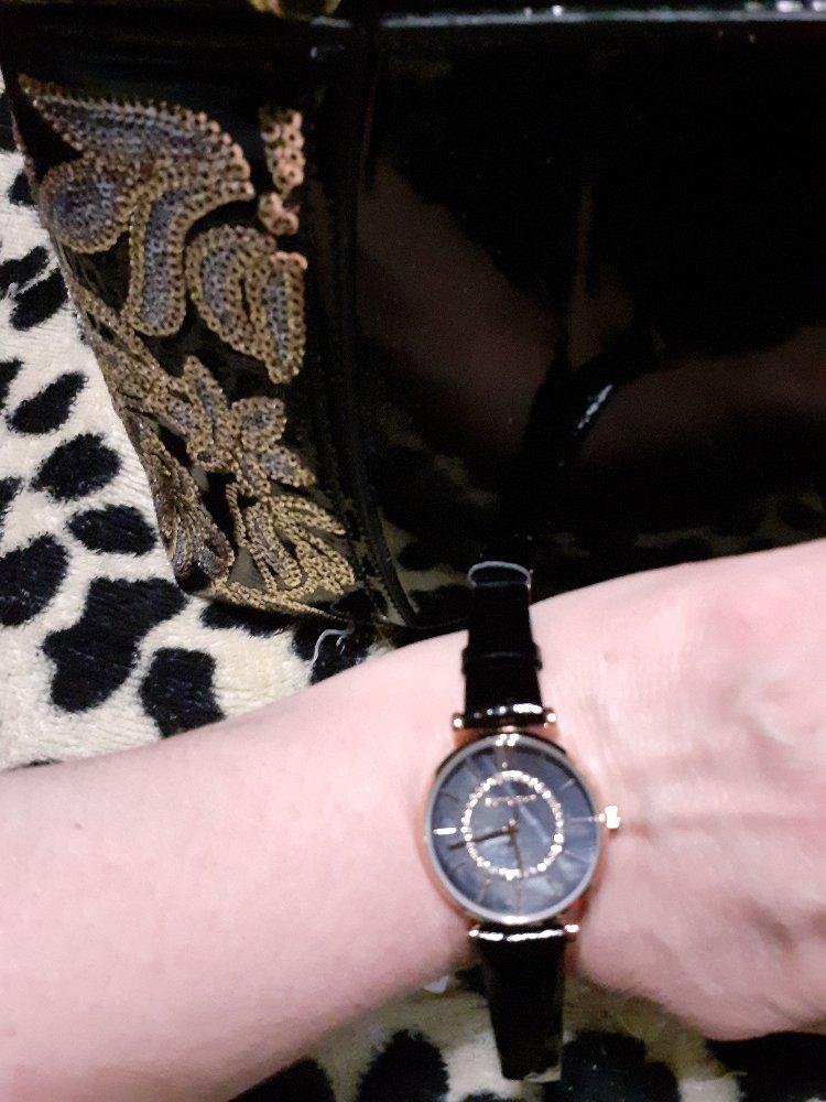 Часы с черным лаковым ремешком