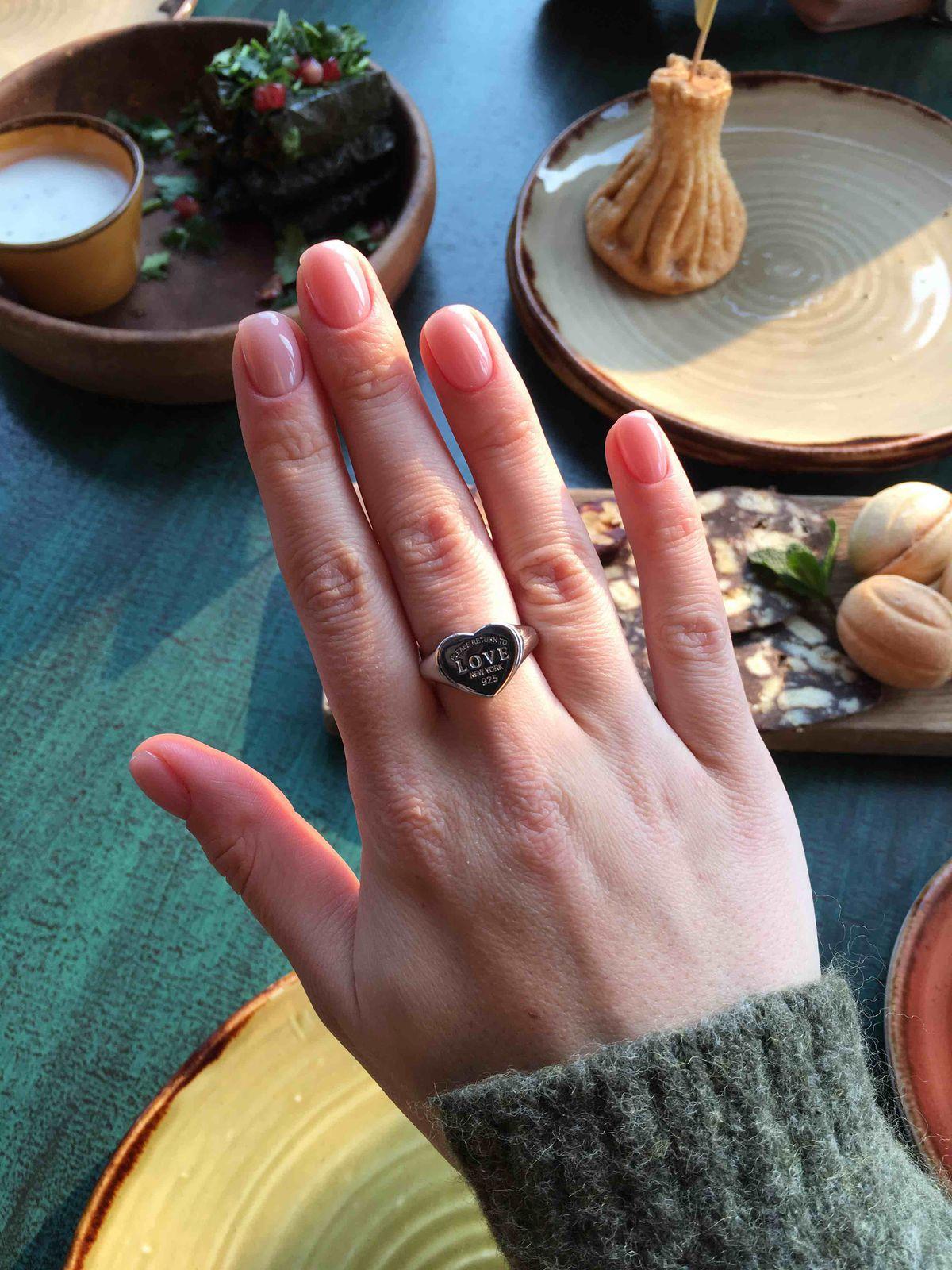 Довольна кольцом