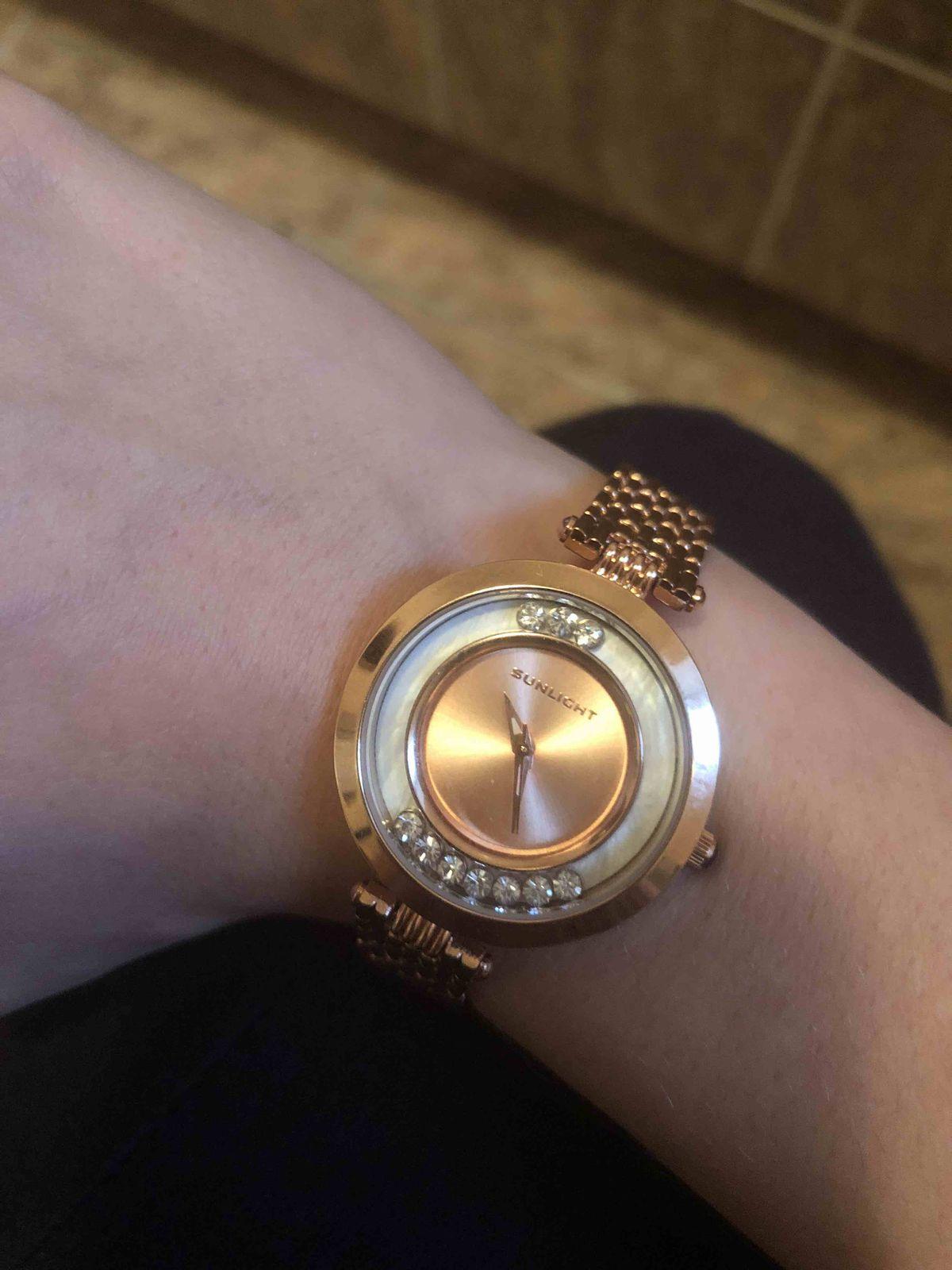 Часики цвета розовое золото с подвижными кристаллами внутри!
