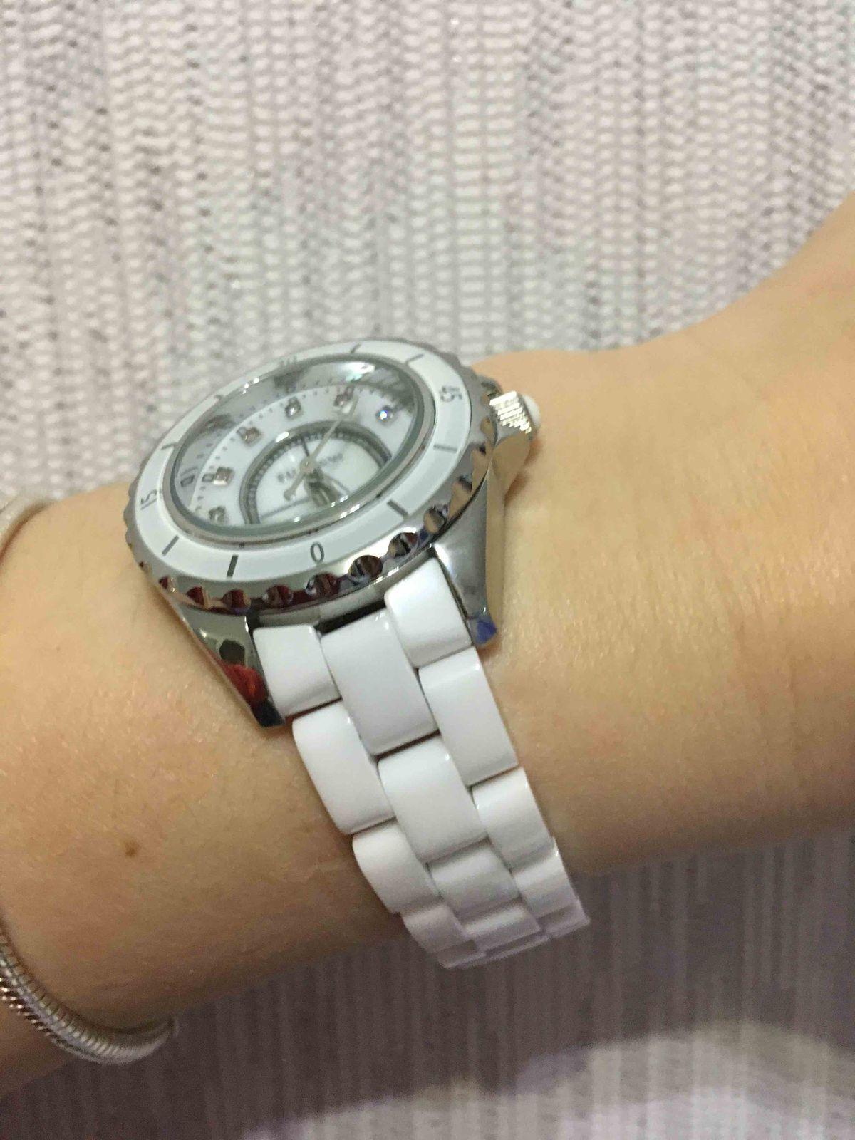 Стильные белые часы