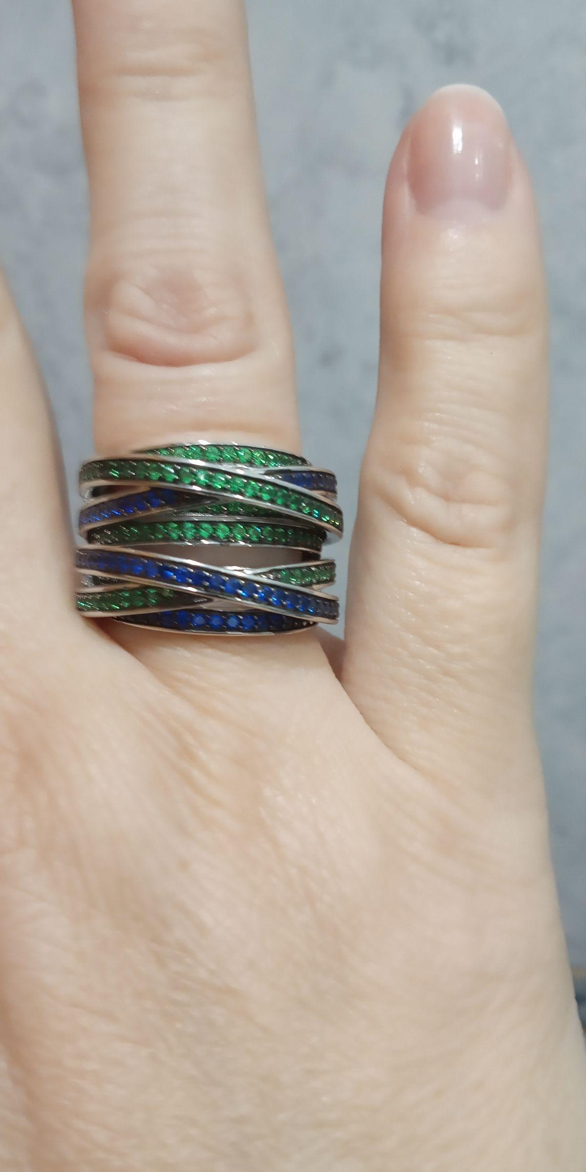 Кольцо с синими и зелёными фианитами.