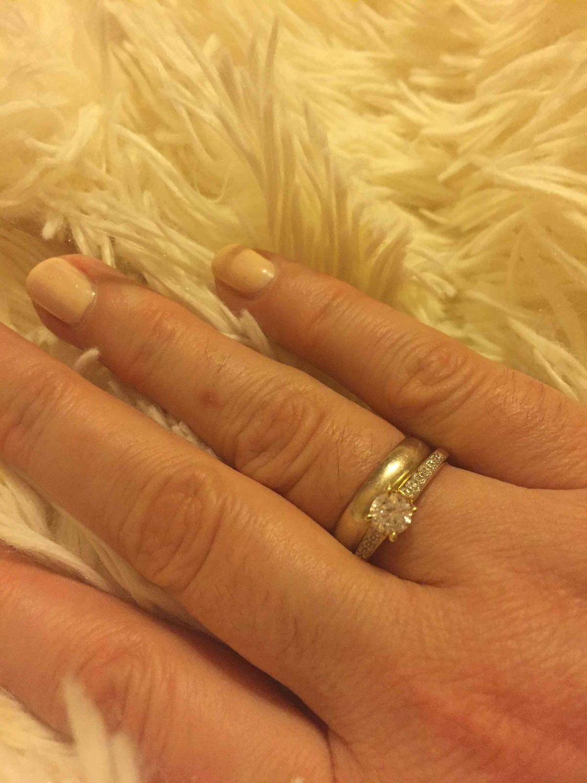 Красивое колечко, хорошо смотрится на руке, камни переливаются, рекомендую!