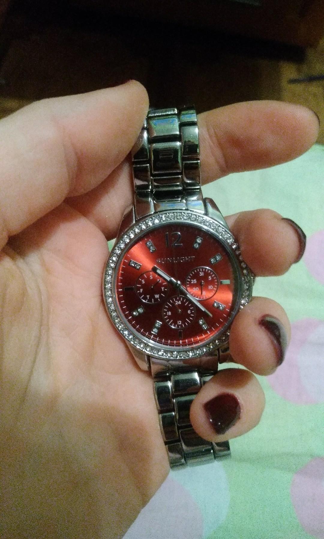 Купила часы себе в подарок и осталась крайне довольна.