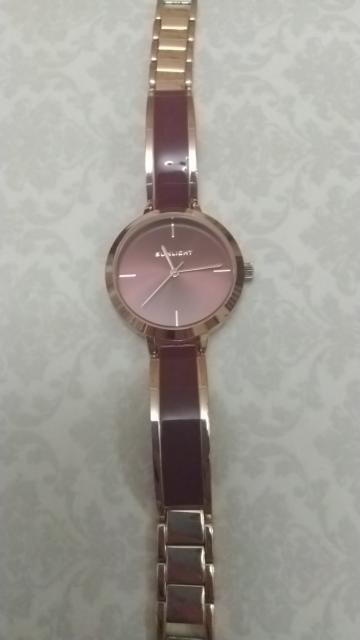 Женские часы на металлическом браслете с эмалью.