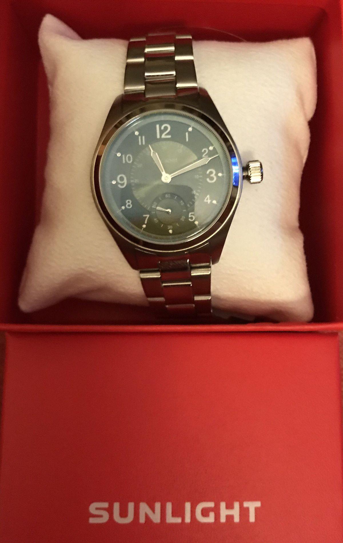 Красивые часы с зеленым циферблатом.