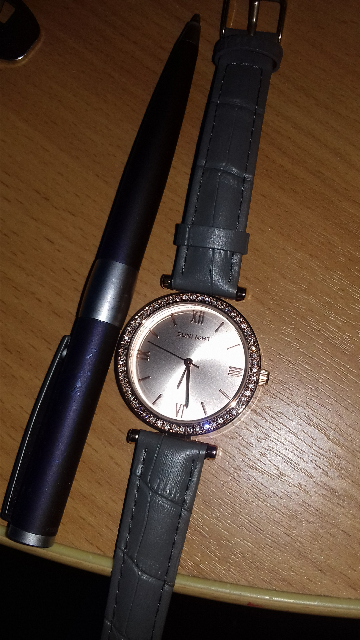 Стильные часы.