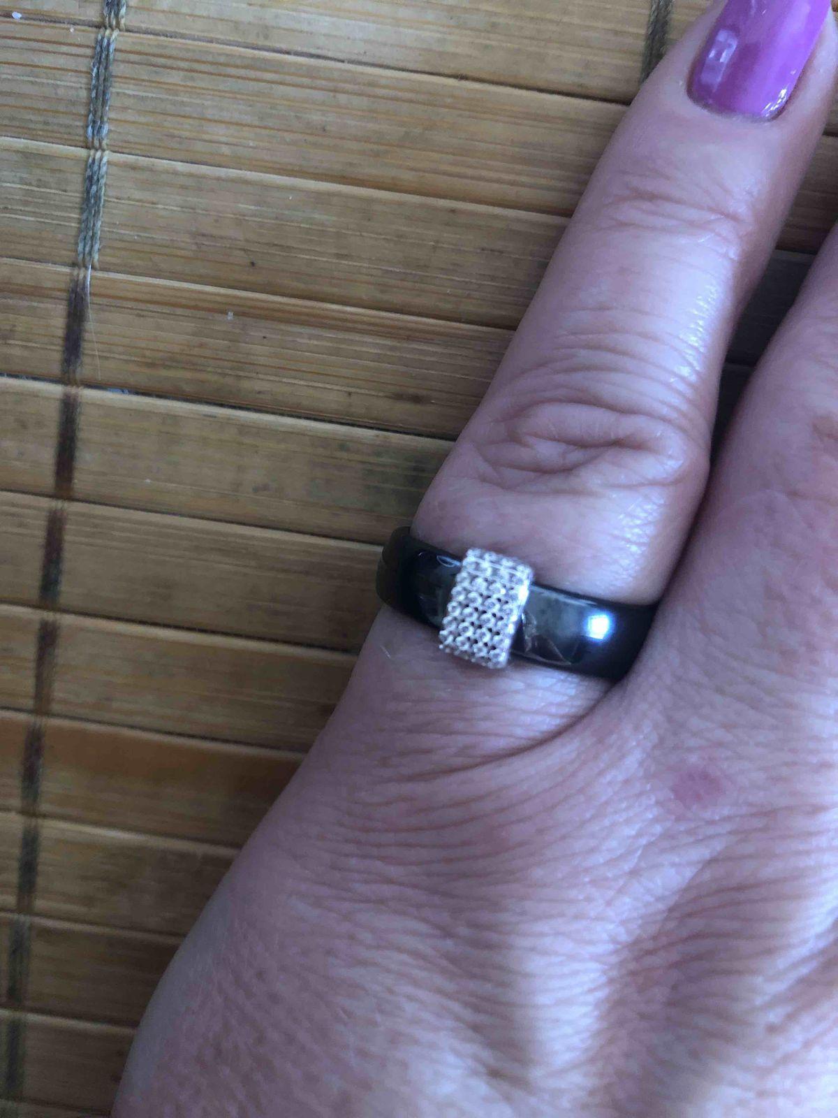 Кольцо с черной керамикой и фианитами