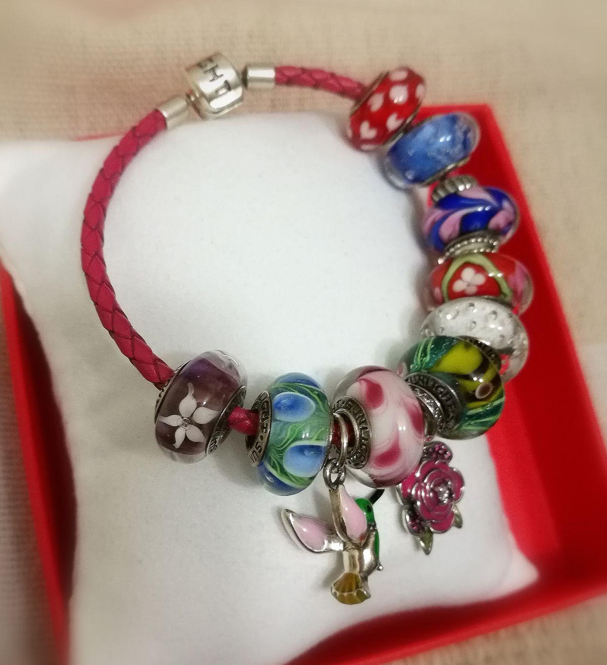 Кожаный розовый браслет