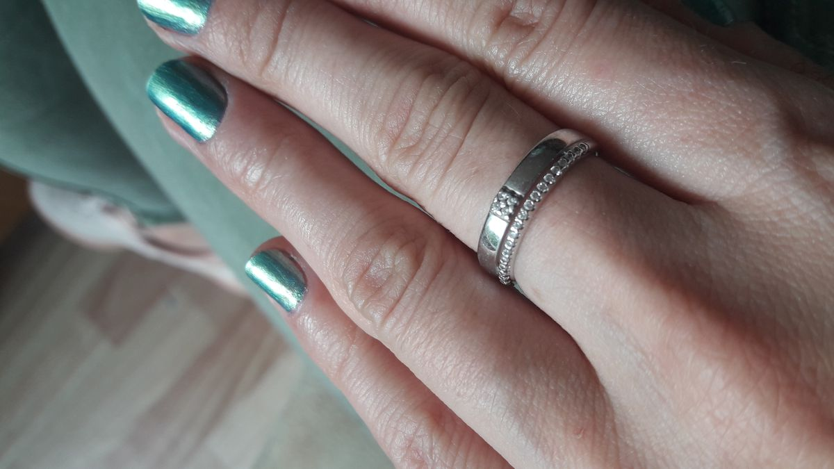Красивое кольцо с дорожкой из фианитов