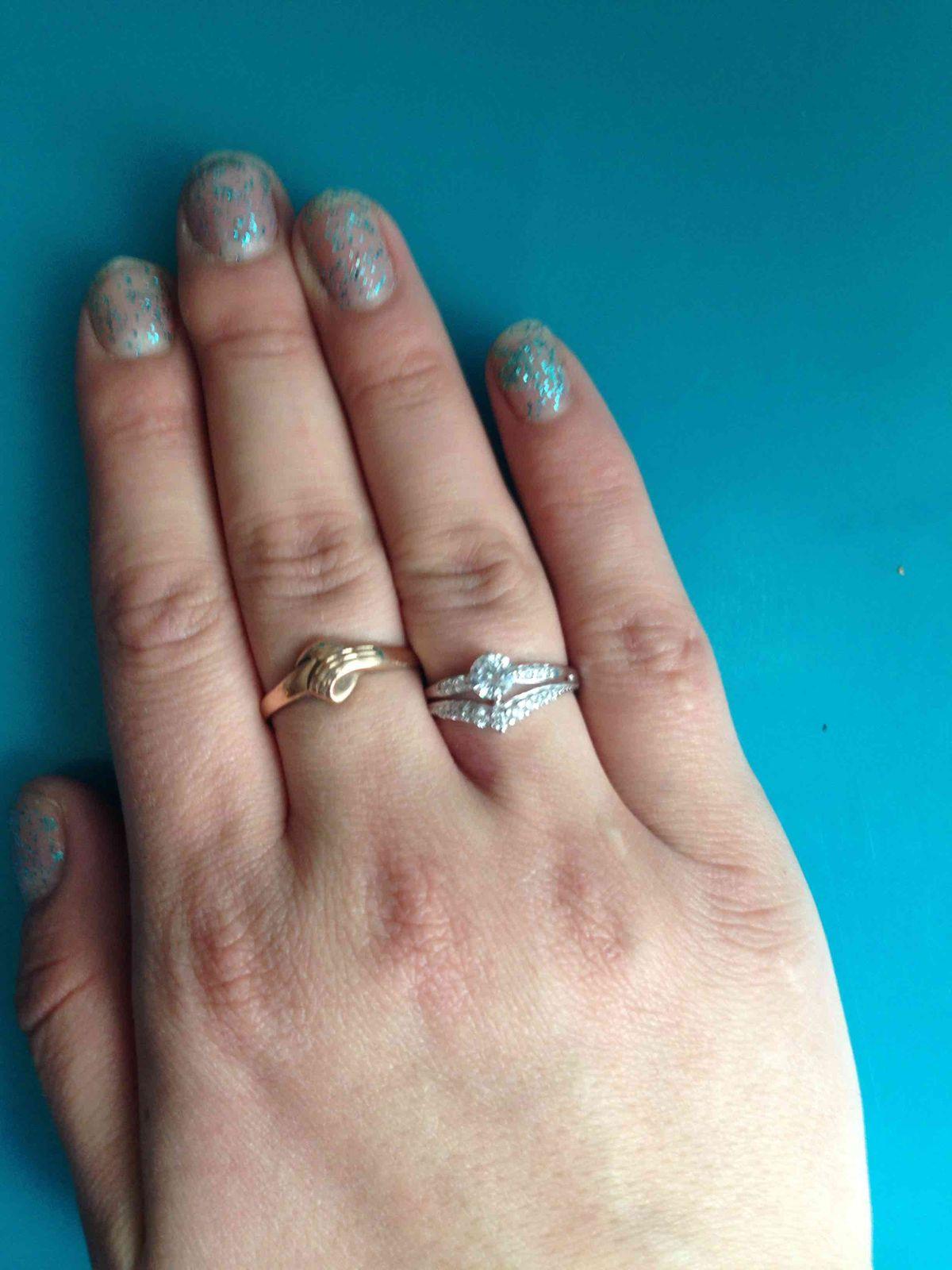 Очень милое кольцо на пальчике смотрится богато и нежно . Очень понравилось