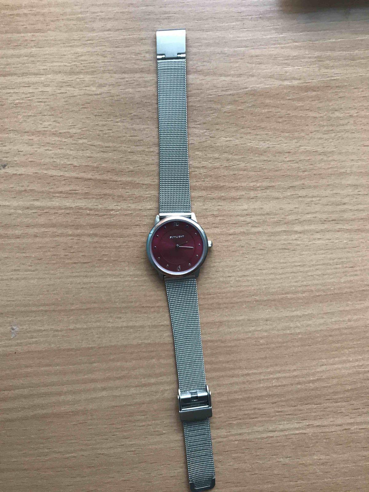 Купила часы,по хорошей скидке плюс ко всему выглядят отлично