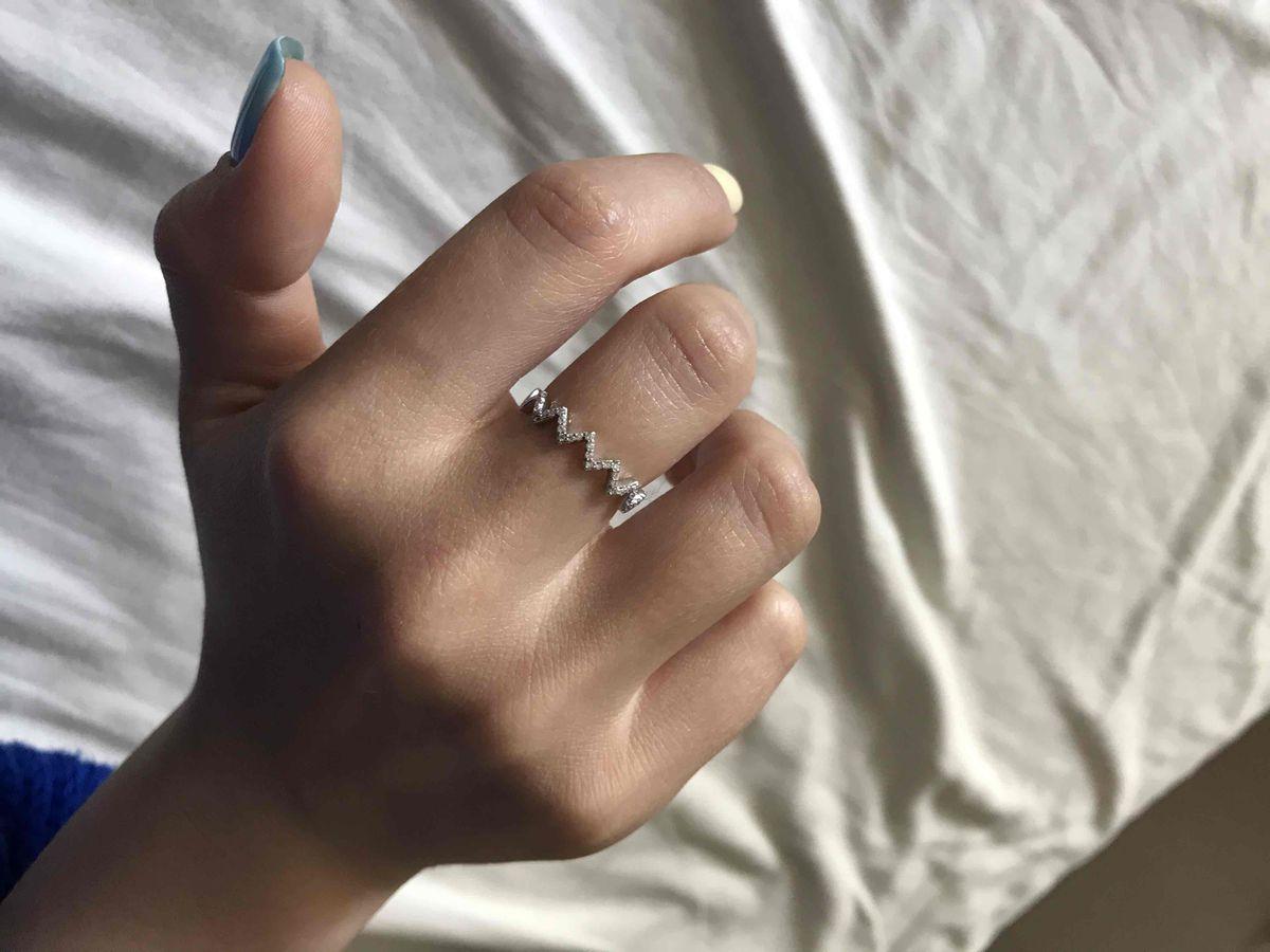 Женственное кольцо с фианитами
