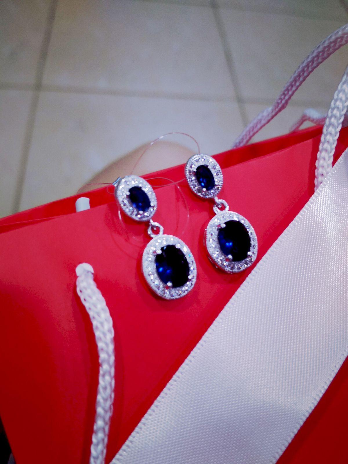 Очаровательные серебряные сережки с двумя фианитами, украшенные стразами