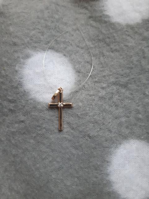 Хороший маленький крестик с бриллиантиком.