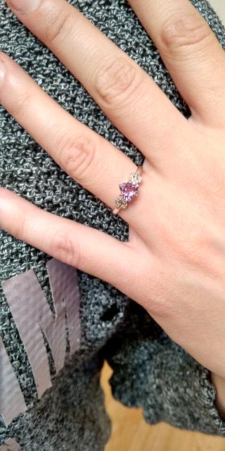Серебряное кольцо с фиолетовым камнем.