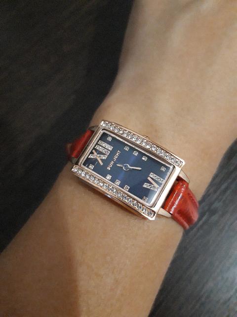 Часы красные ,узкий ремешок.
