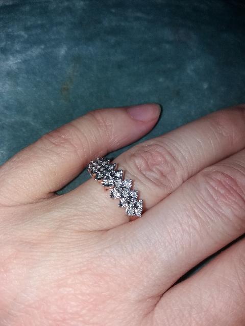 Красивое , сверкающее кольцо.