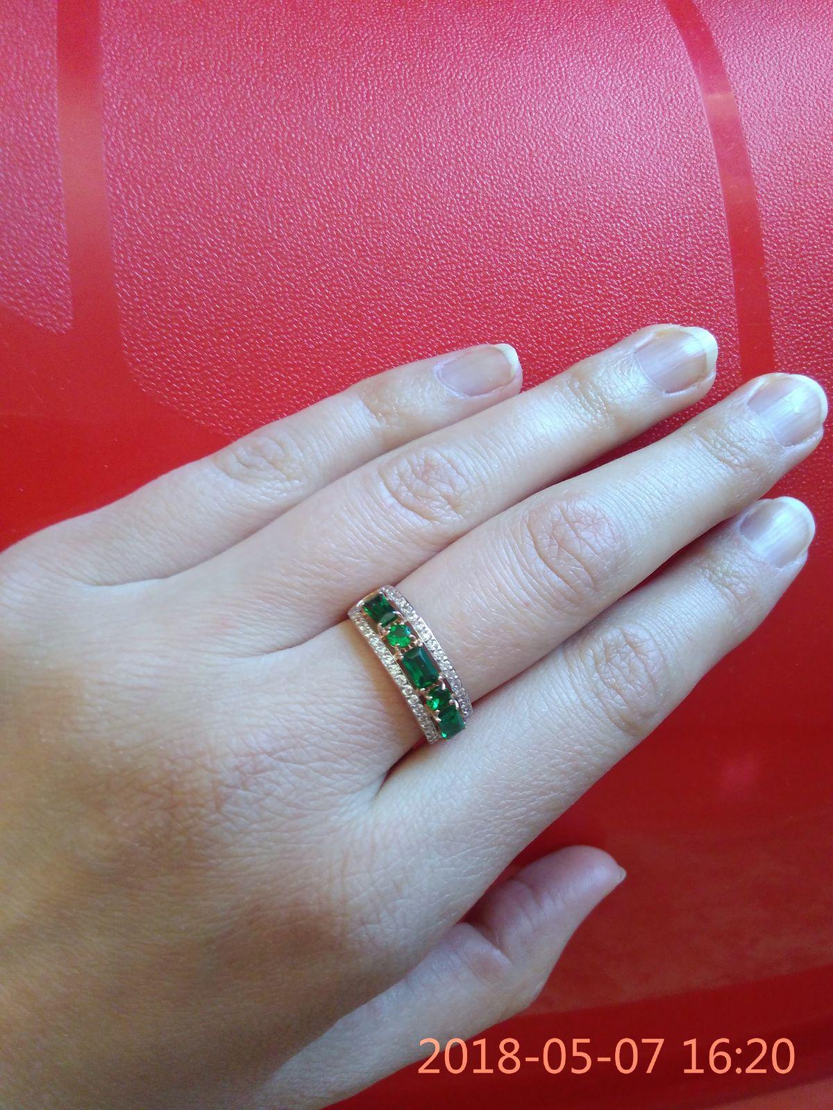 Кольцо с синтетическими изумрудами