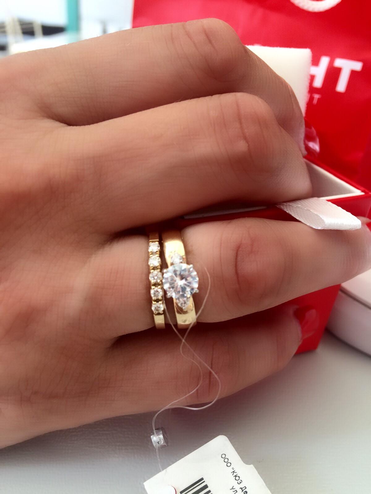 Отличное кольцо, камни сверкают не хуже бриллиантов))) хороший выбор!