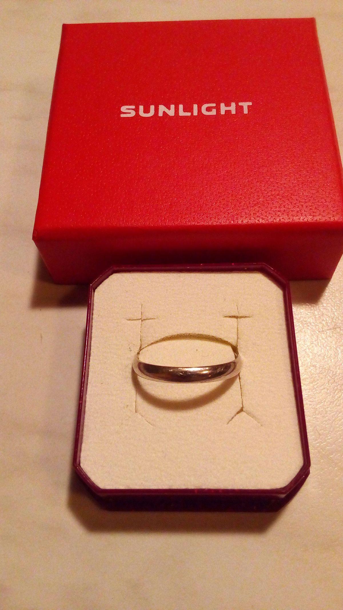 Хорошее тоненькое обручальное кольцо!