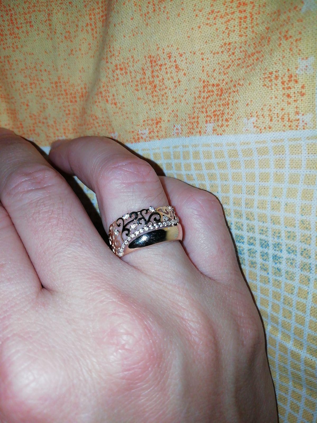 Очень нежное кольцо. Смотрится как два кольца на пальце. Смотрится дорого)