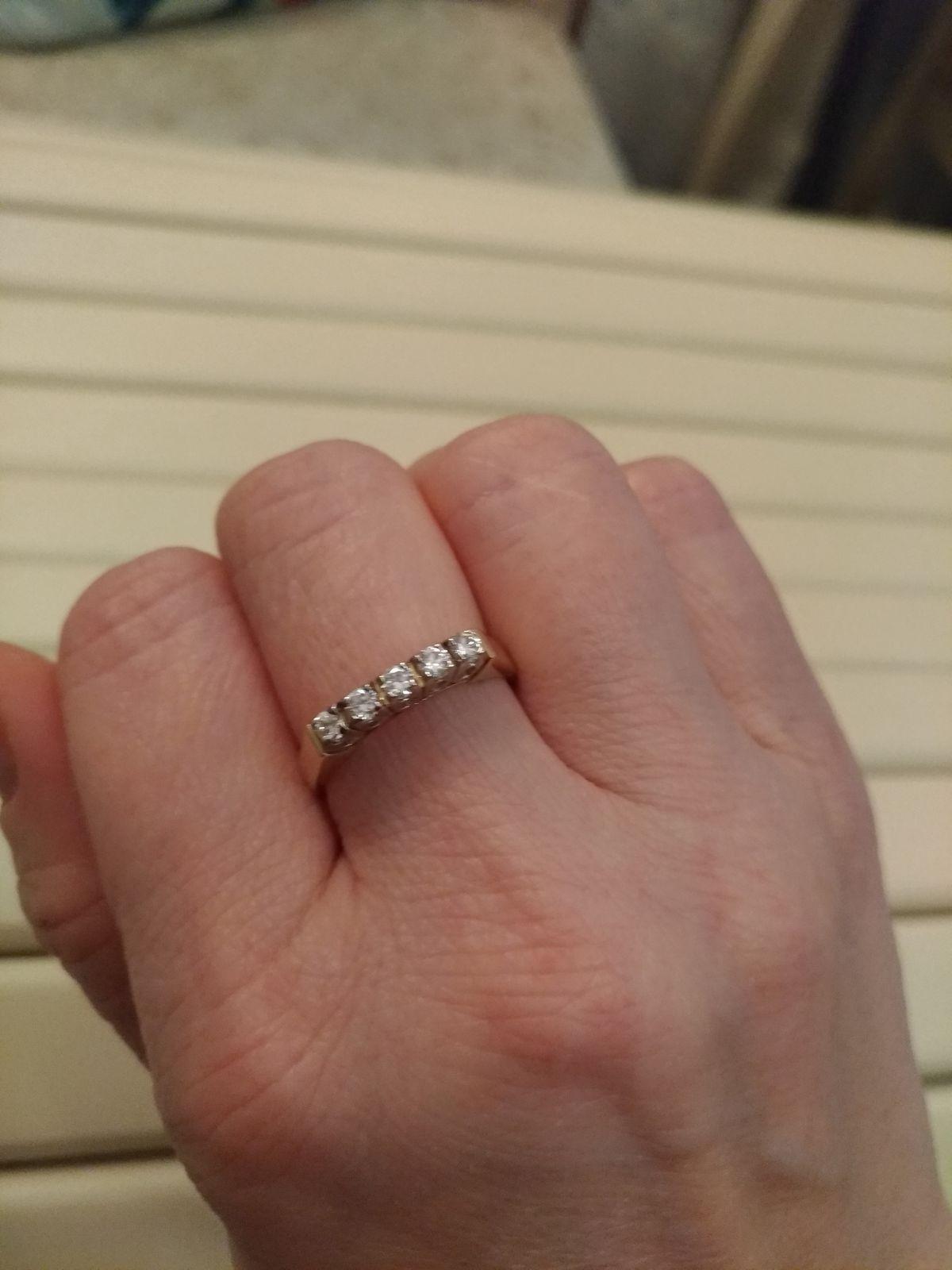 Кольцо из жёлтого золота с дорожкой из бриллиантов