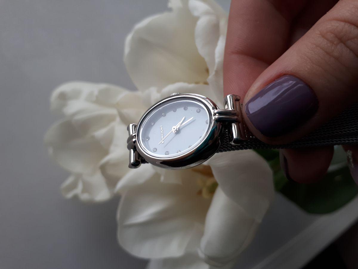Овальные женские часы с пералмутром на миланском браслете
