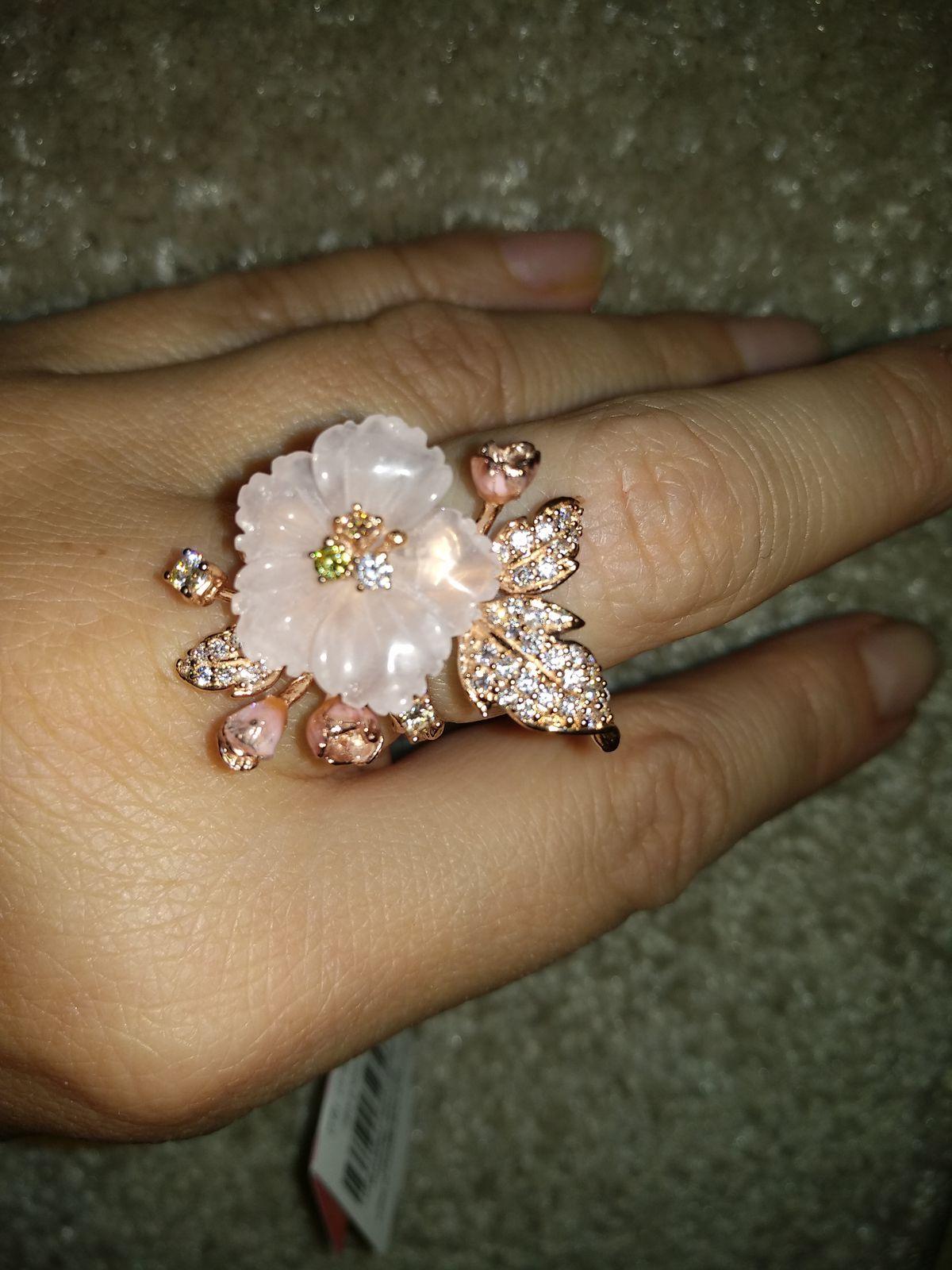 Кольцо с кварцем,фианитами и эмалью. Очень женственное и изысканное. Круто