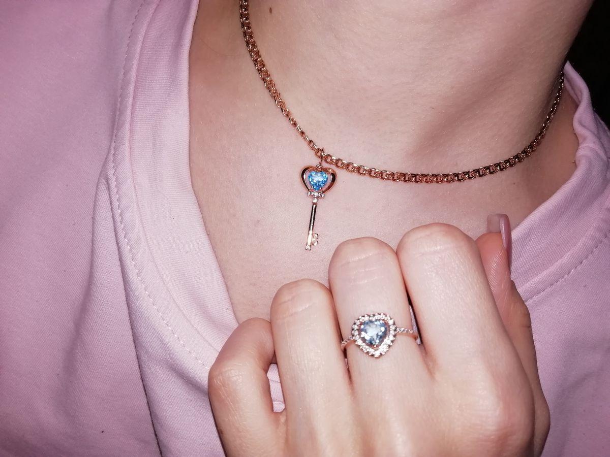 Комплект кольцо и серьги в форме сердца с топазом