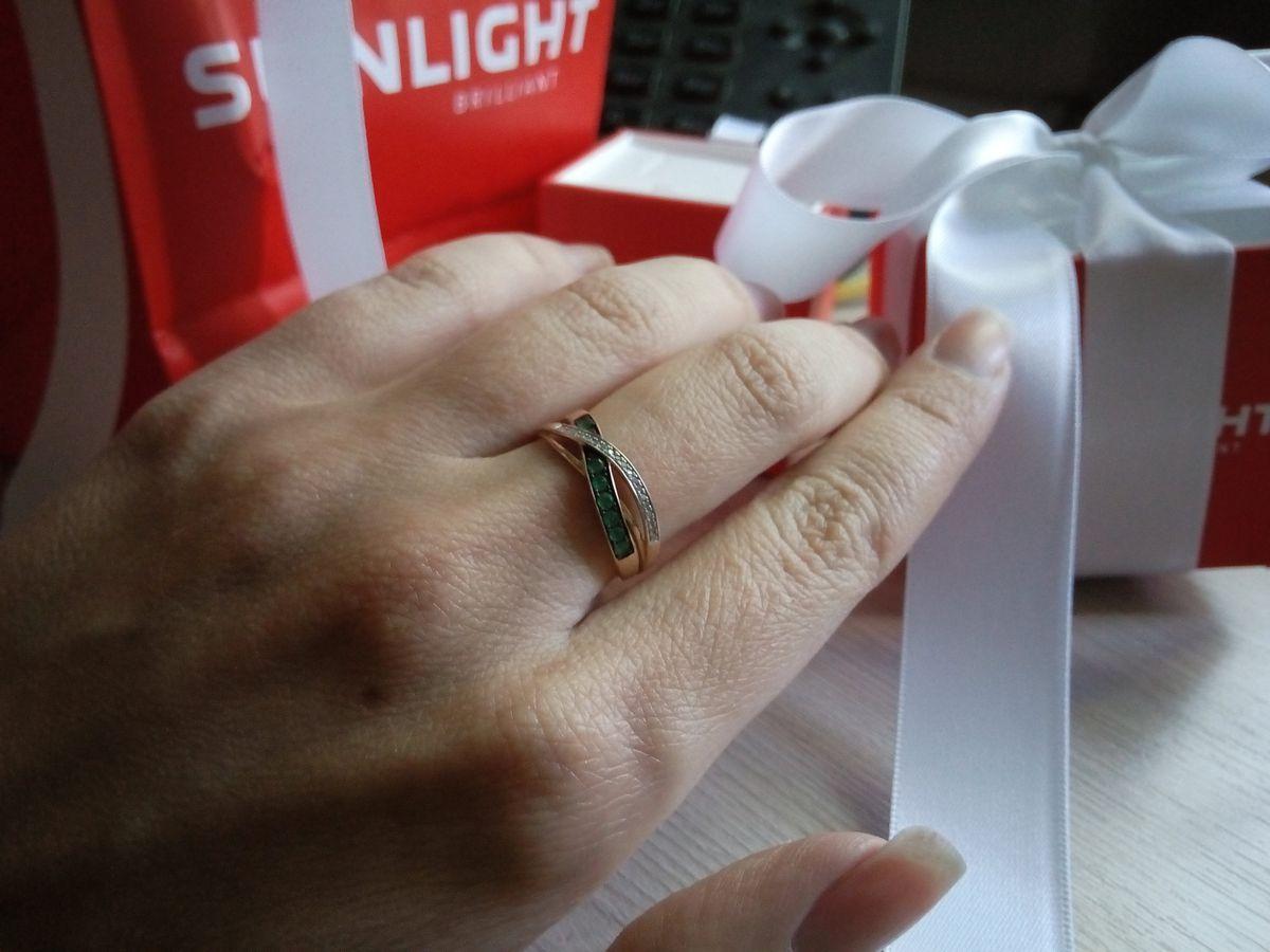 Нежное и элегантное кольцо из розового золота с изумрудами и бриллиантами.