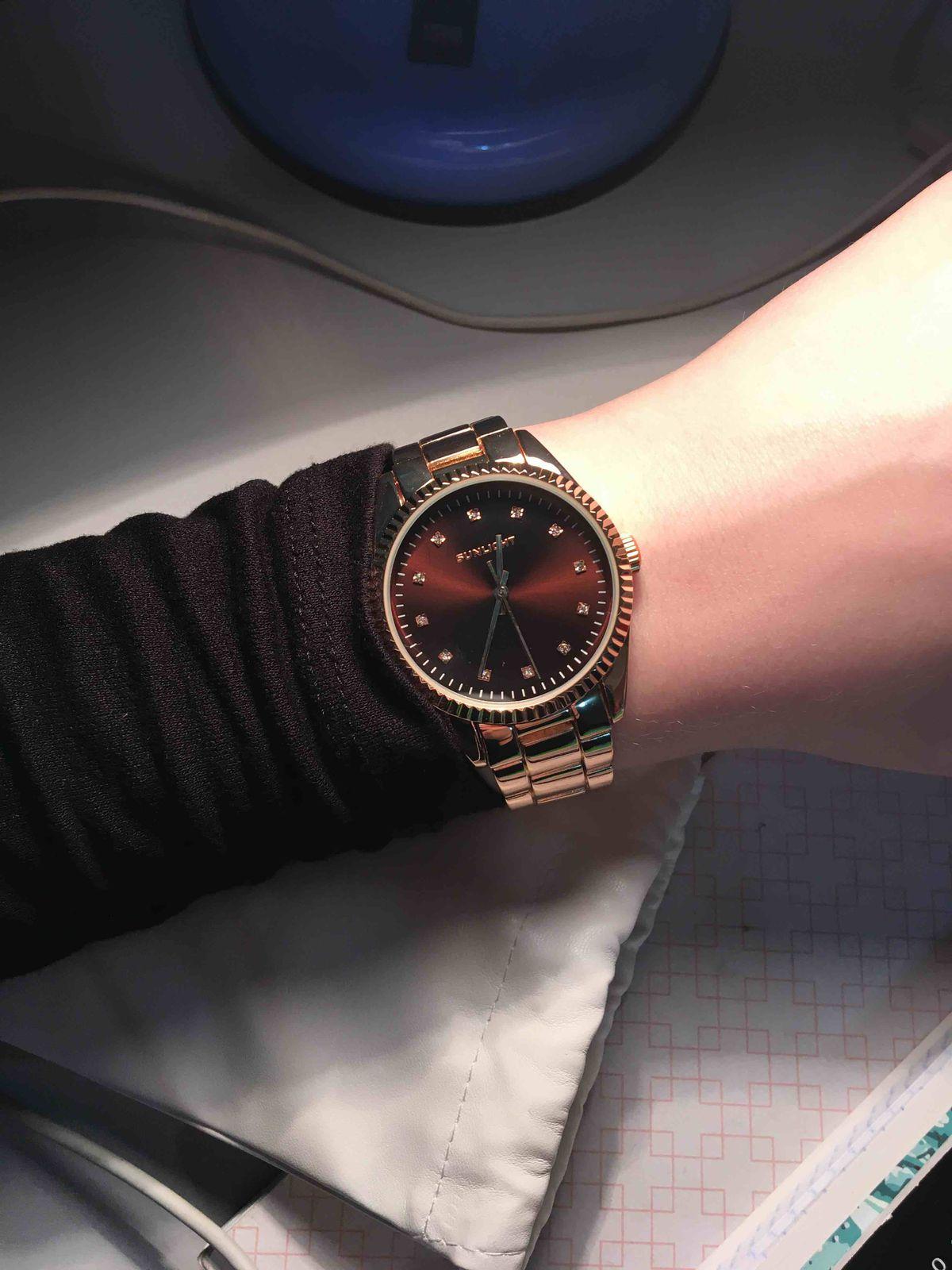 Очень красивые часы, довольна)