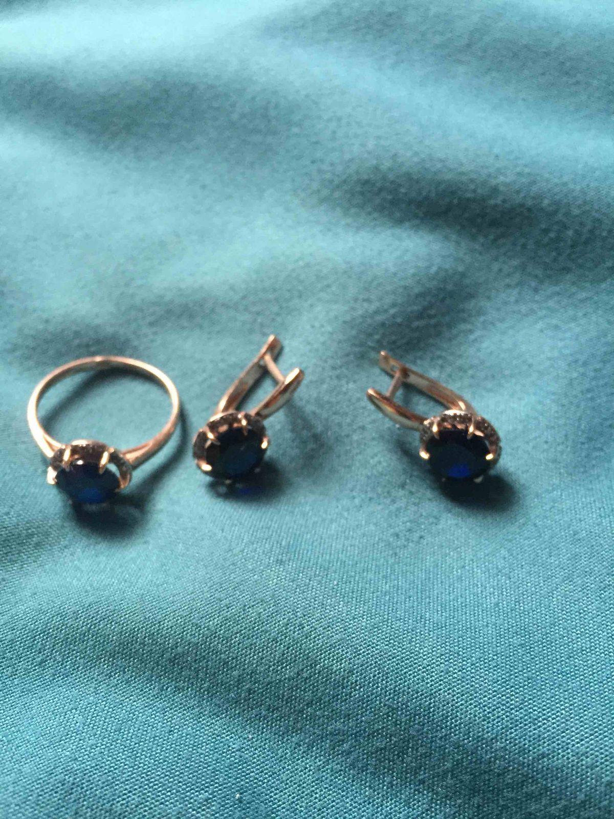 Золотое кольцо с сапфирами и бриллиантами и серьги. Очень богатый дизайн.