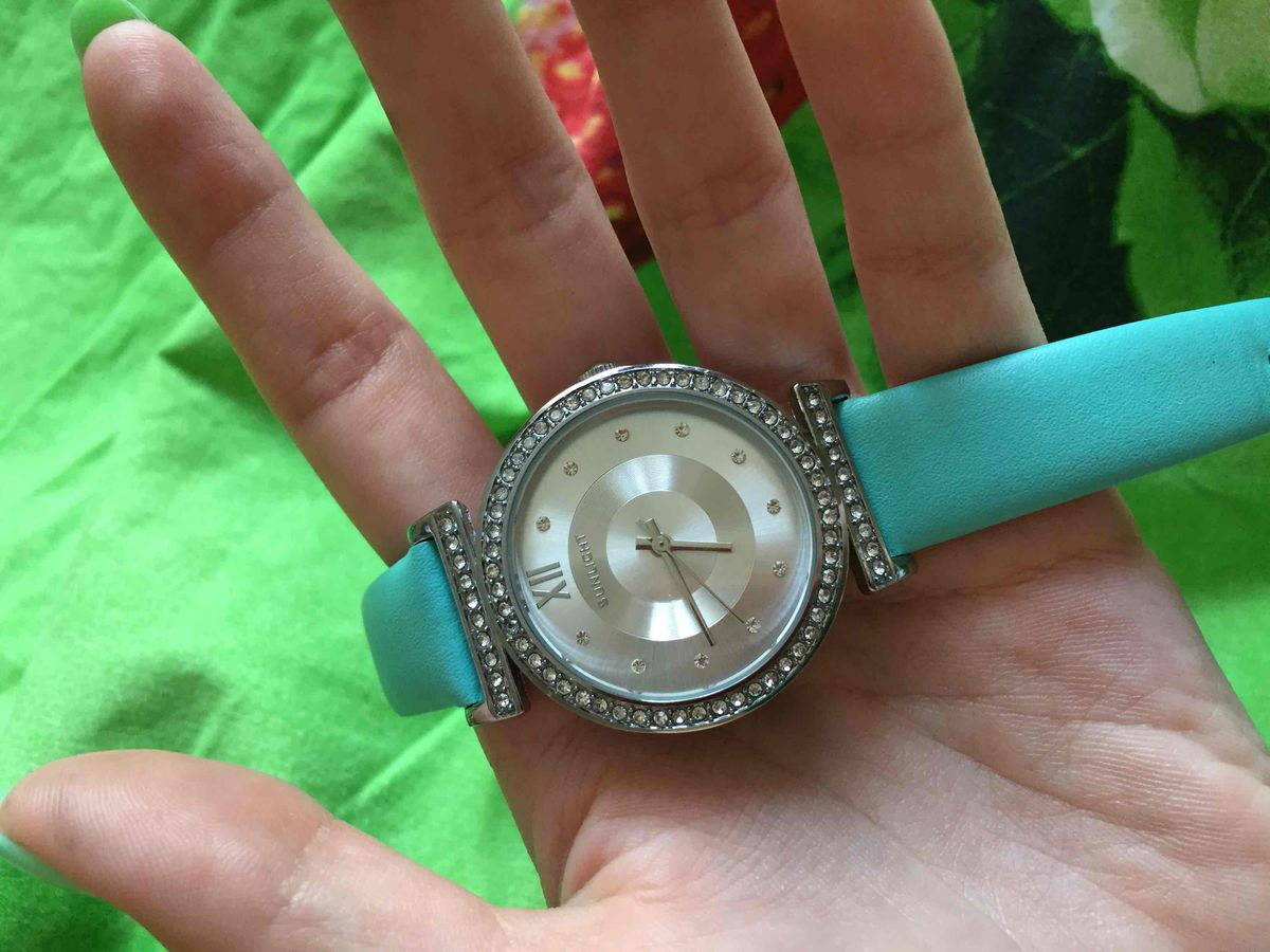 Очень красивые часы. Приятный цвет)