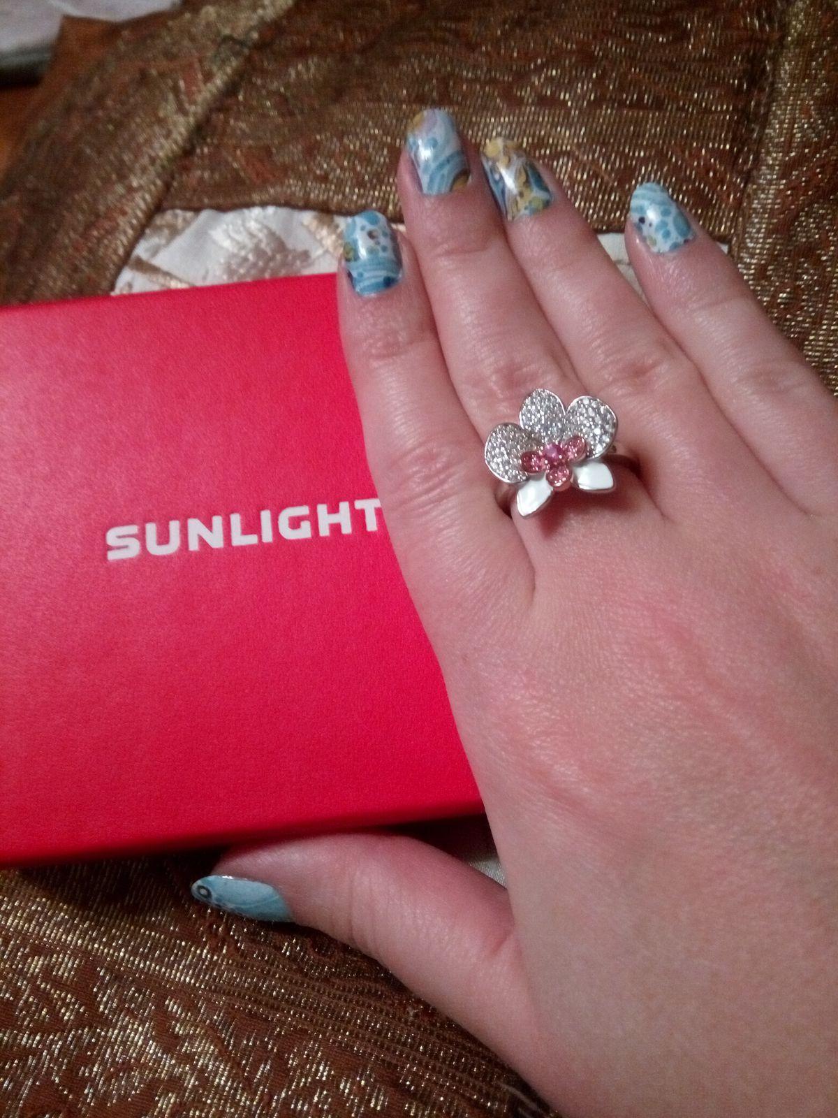 Серебряное нежное кольцо в виде орхидеи с фианитами и керамикой.