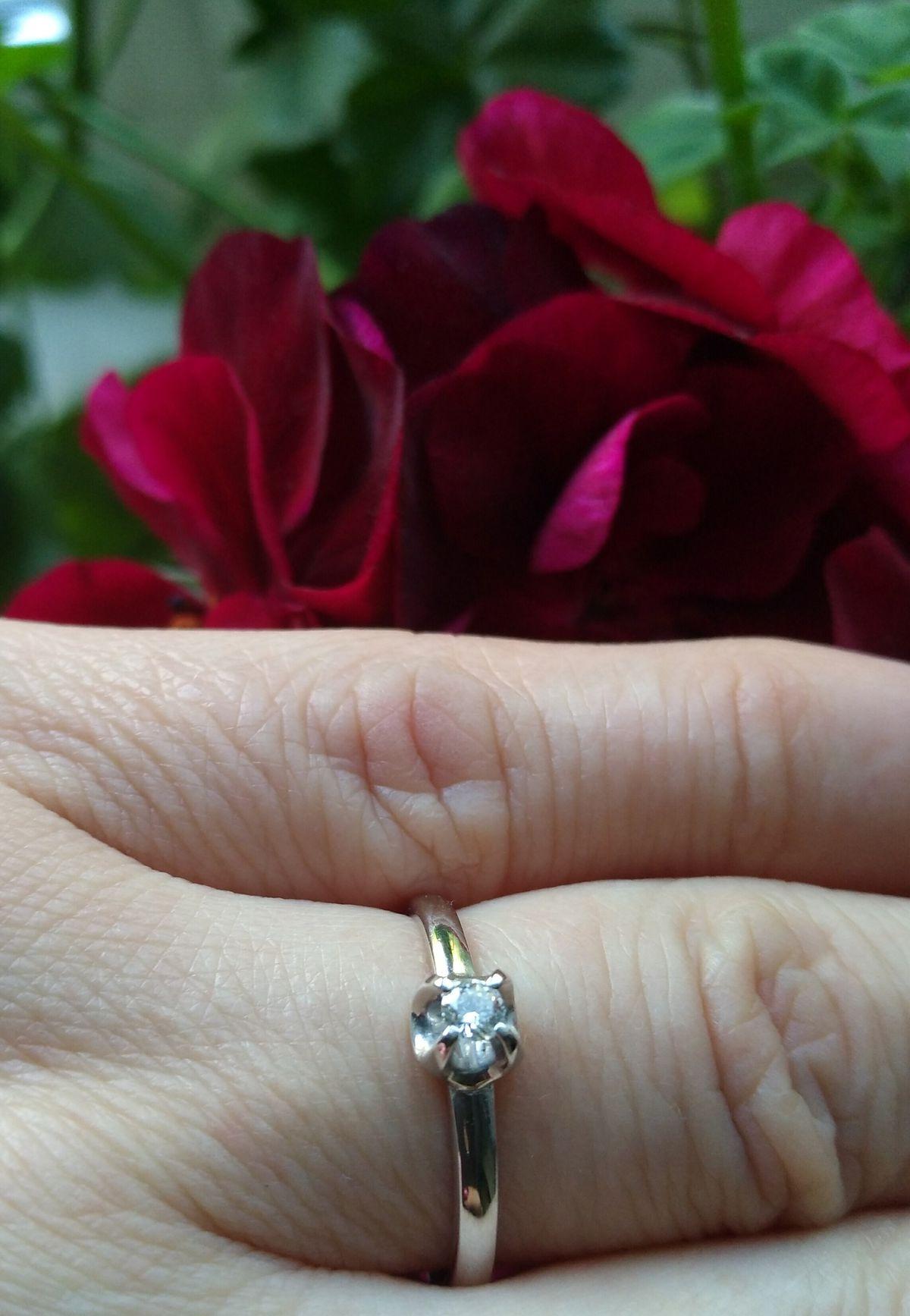 Изящное колечко с бриллиантом