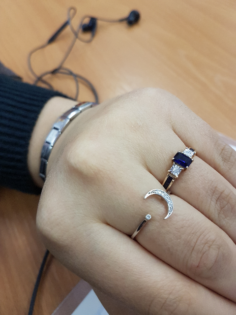Кольцо с сапфирами, и другое с фианитами