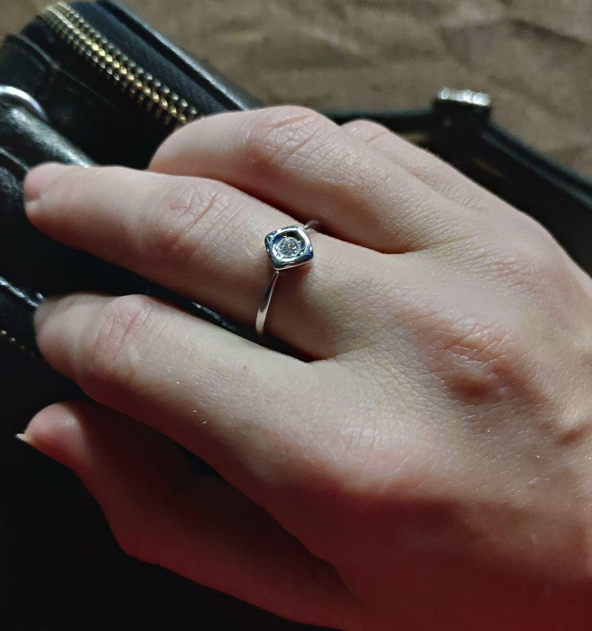 Кольцо с бриллиантом очень нежное