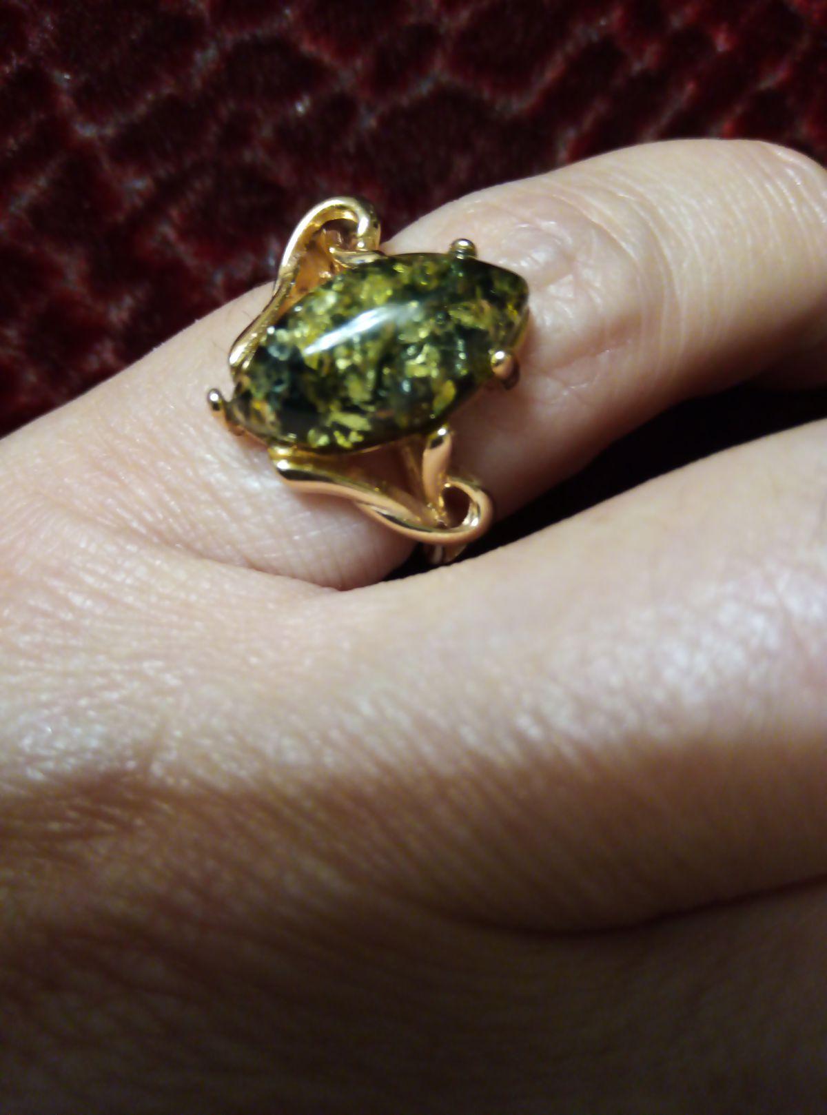 Кольцо с зеленым янтарем.