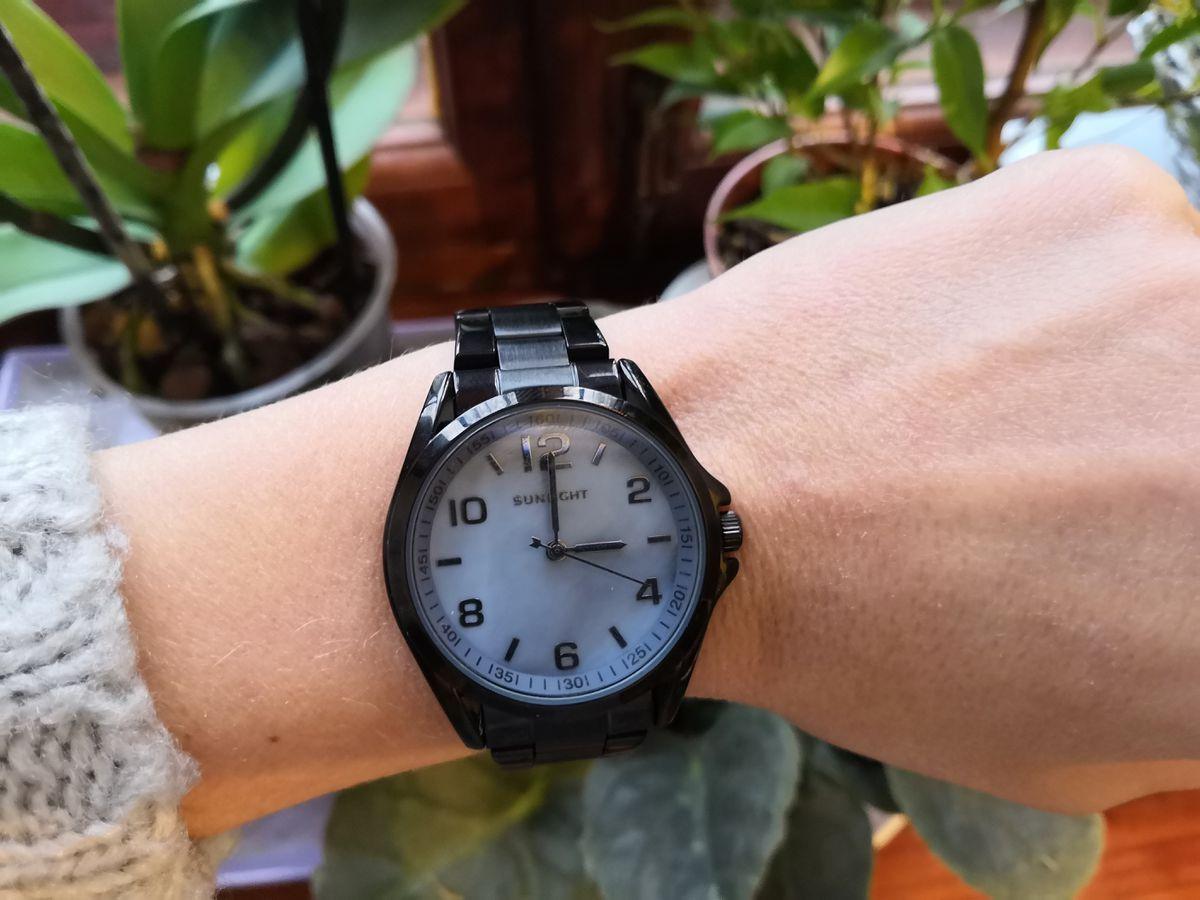 Чёрные металлические часы