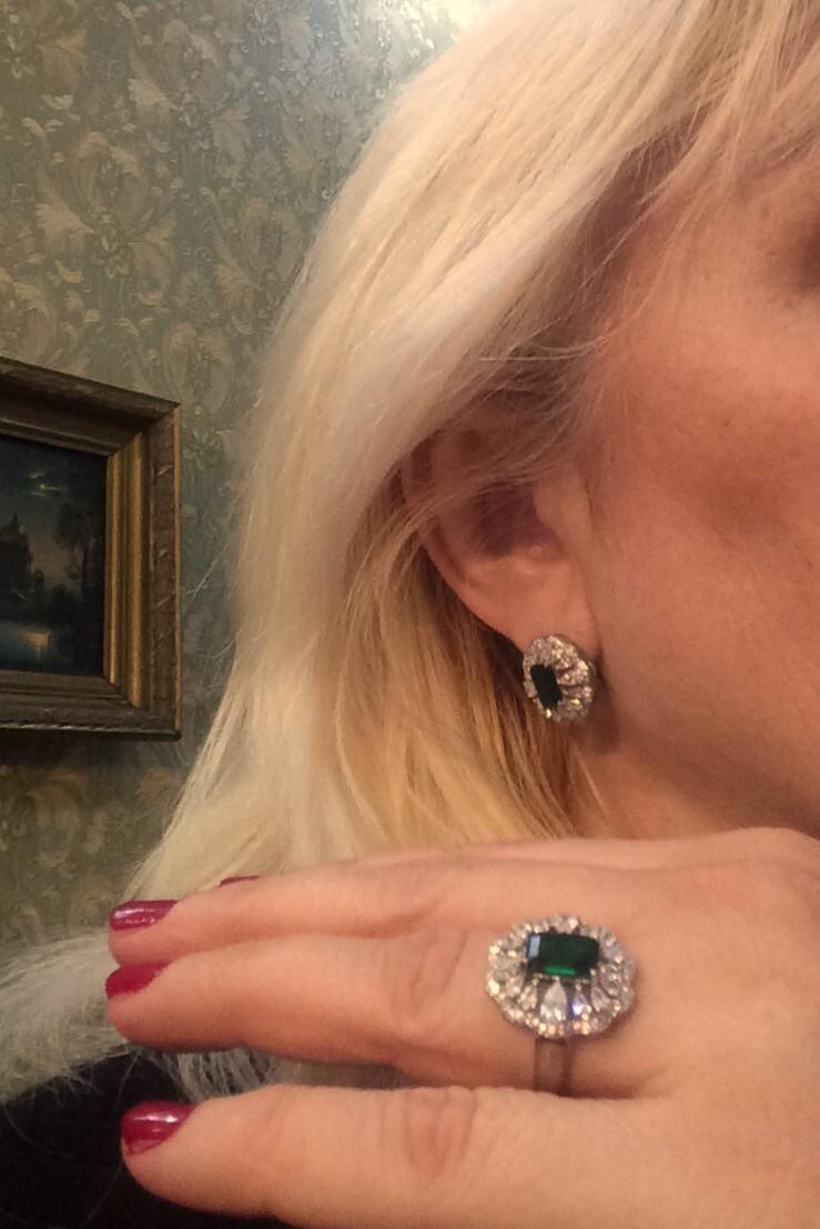 Изумительное кольцо из серебра с камнем под изумруд- зеленым алпанитом.