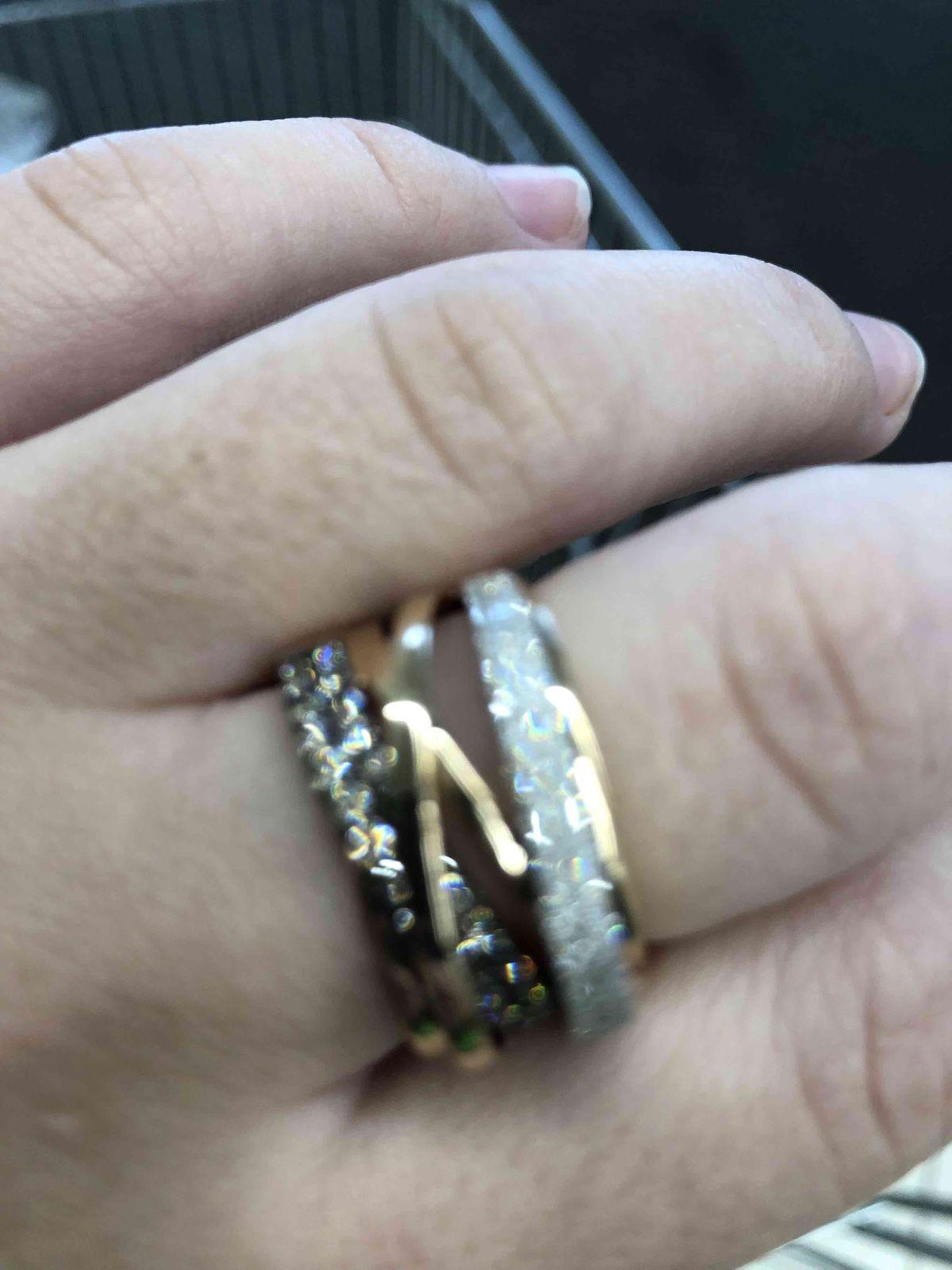 Кольцо очень красивое , блестит нереально.