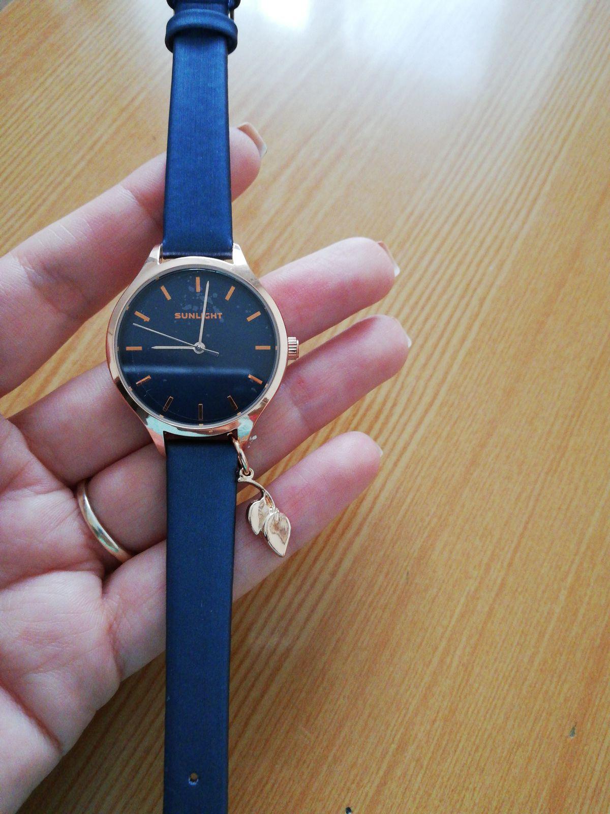 Часики с синим ремешком. Приятного качества и цвета. Хорошо сидят на руке,