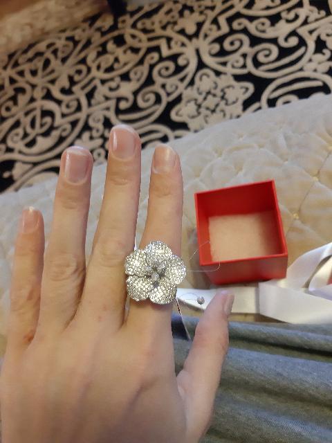 Кольцо очень богато смотрится,  камни ослепительные, брали на подарок👍😍